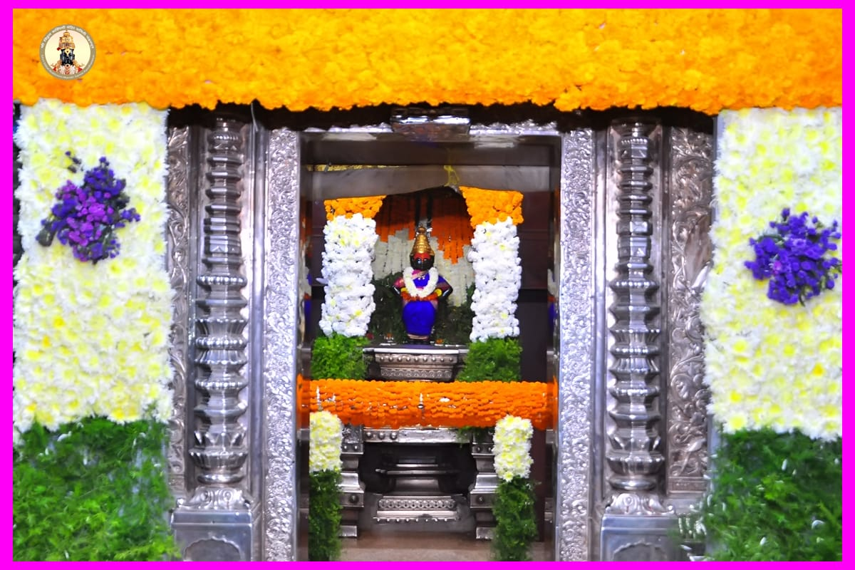श्री विठ्ठल मंदिरात देवाचा गाभारा ,चौखांबी, सोळखंभी मंडप,तीन रंगाच्या फुलांनी नाहून निघाला आहे.