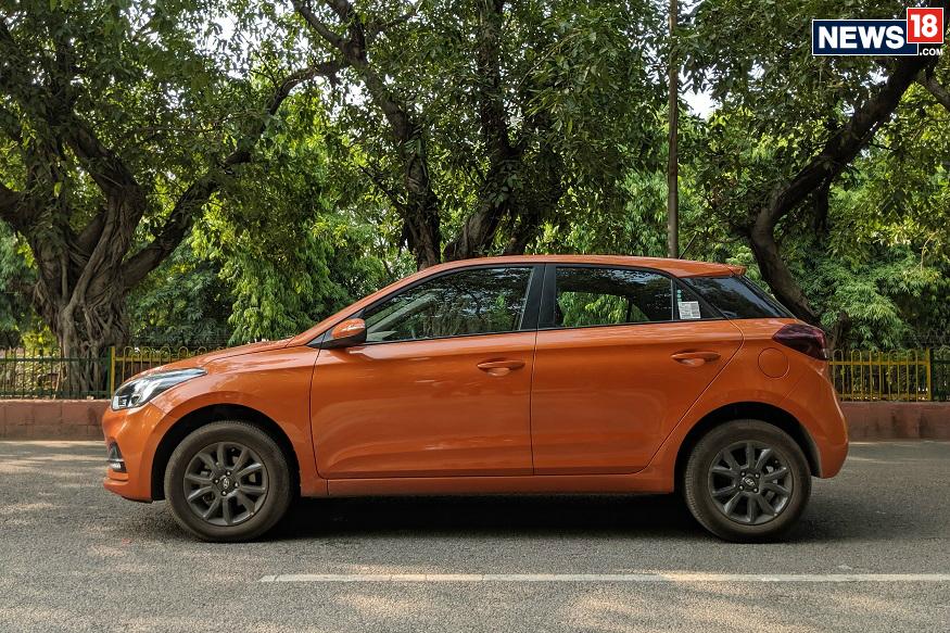 ELITE I20: या गाडीतील Sportz आणि त्यानंतरच्या मॉडेल्सवर 65 हजार रुपयांचे तर Era आणि Magna या मॉडेल्सवर 45 हजारांचे फायदे मिळणार आहेत. पेट्रोल आणि डिझेलच्या दोन्हीं प्रकारासाठी हे फायदे उपलब्ध आहेत. दिल्ली एक्स शोरूममधील या गाड्यांची किंमत 5.59 लाख रुपये ते 9.41 लाखांपर्यंत आहे.