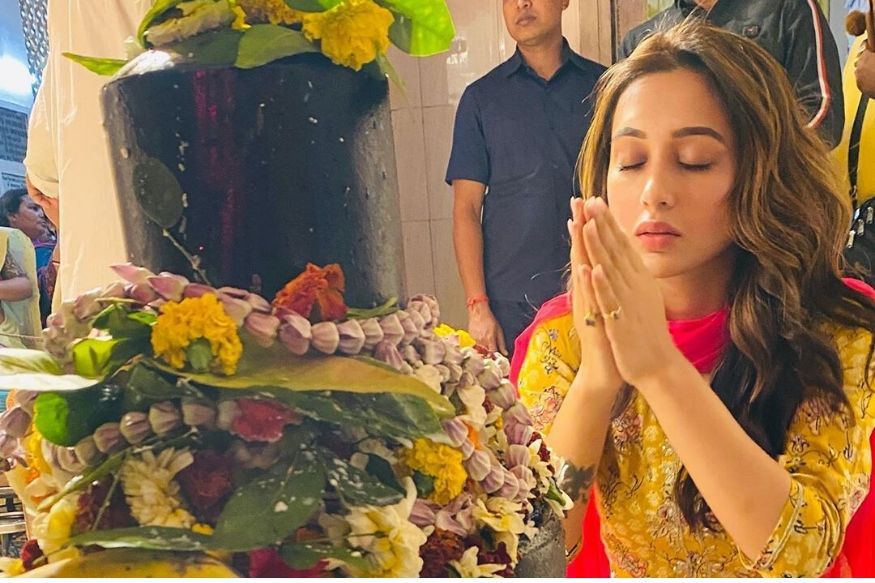 दुर्गापुजेप्रमाणेच महाशिवरात्रीचाही उत्साह मिमी चक्रवर्ती यांच्याकडे पाहायला मिळाला. मोठ्या भक्तिभावाने त्या महादेवाची पूजा करताना दिसल्या.