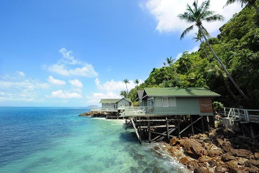 मलेशिया - इथंही राहणं, खाणं आरामात होईल.कुआलालंपूर, पेट्रोनाल टॉवर, रेडाँग आयलँड, माऊंट किनाबालू, कपास द्विप, रान्ताऊ अबांग द्विप असे प्रसिद्ध पर्यटन स्थळं आहेत, जिथं तुम्ही भेट देऊ शकता.(Pic credit -www.malaysia.travel)