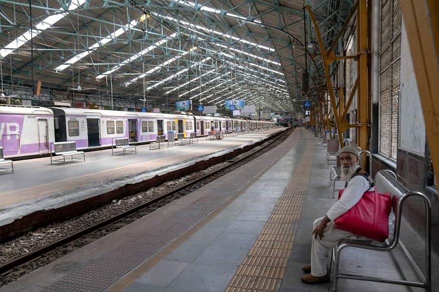 मुंबईची लाइफ लाइन कधी थांबत नाही, असं म्हणतात. एवढा शुकशुकाट मुंबईतल्या कुठल्या स्टेशनवर पूर्वी कधी पाहिल्याचं आठवतंय?