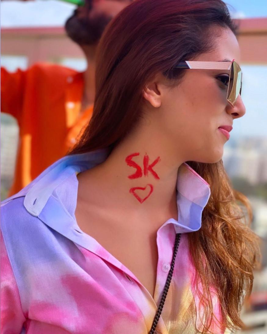 शाहिद कपूरची पत्नी मीरा राजपूत कपूरचा होळीमधला एक फोटो व्हायरल होत आहे, ज्यामध्ये तिने तिच्या मानेवर शाहिदच्या नावाची अद्याक्षरं 'SK' लिहिली आहेत