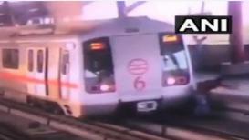 मेट्रोच्या रुळावरून प्लॅटफॉर्म पार करणारा तरुण थोडक्यात बचावला, पहा हा व्हिडिओ