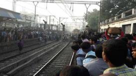लोक व्हिडिओ काढत बसले म्हणून ट्रेनखाली तुटलेला पाय स्वत:च उचलून प्लॅटफॉर्मवर चढला !