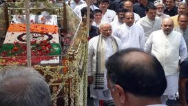 अटलजींची अंत्ययात्रा; सुरक्षेची तमा न बाळगता मोदी- शहा पायी चालत सहभागी