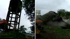 VIDEO : पाण्याची टाकी पाडणे बेतले जीवावर,'पोकलेन'वर कोसळली टाकी