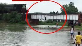 VIDEO : रेल्वे काही सेकंदावर अन् मुलांच्या पुलावरून उड्या