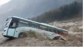 VIDEO : पुरात व्हॉल्वो बस गेली वाहून