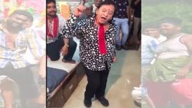 VIRAL VIDEO : डान्सिंग अंकल आठवतायेत.. मग हे डुप्लिकेट मनोज कुमार बघाच!