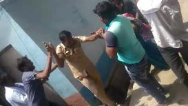 VIDEO : विज कर्मचाऱ्यांवर गावकऱ्यांचा हल्ला