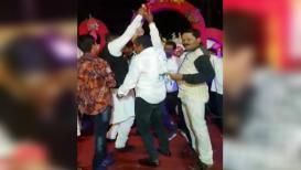 गुंडांसोबत डान्स करणारा पोलीस निलंबित