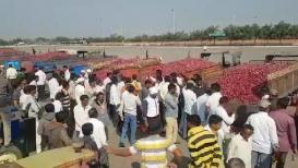 टोमॅटो पाठोपाठ आता कांदा रडवणार; भाव कोसळल्याने शेतकरी हवालदिल