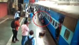 VIDEO : तो रेल्वेखाली जाणारच होता, पण...