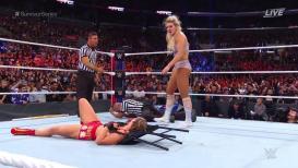 WWE Survivor Series 2018 मध्ये खतरनाक फाईट, महिला स्टारने केला मान तोडण्याचा प्रयत्न