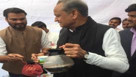 मुख्यमंत्रीपदाचा दावेदार आहे हा नेता, चहा वाटतानाचे फोटो झाले VIRAL