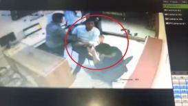 VIDEO : विनायक मेटेंचं नाव न छापल्यामुळे कार्यकर्त्याची डॉक्टरला मारहाण