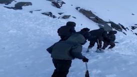 VIDEO लडाखमध्ये पर्यटक अडकले, बर्फाखाली 5 जणांचा मृत्यू, 5 बेपत्ता