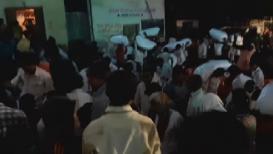VIDEO : आदित्य ठाकरेंची पाठ वळत नाही तोच ग्रामस्थांनी लुटलं पशुखाद्य