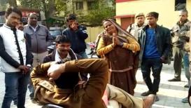 VIDEO : वृद्ध आई अखेर पाया पडली...योगींच्या पोलिसांचा क्रूर चेहरा कॅमेरात कैद