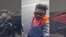 VIDEO : हात सोडून चालवत होता दुचाकी, पण घडली अद्दल