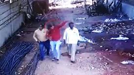 VIDEO : मृत्यूची थरारक घटना सीसीटीव्ही कॅमेऱ्यात, डोक्यात रॉड पडून जागीच मृत्यू