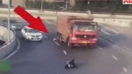 VIDEO : बाळासह आई गाडीतून पडली, ट्रकखाली येण्यापासून थोडक्यात बचावला चिमुकला