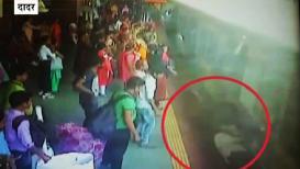 LIVE VIDEO: ट्रेनच्या दरात ते दोघे उभे होते; धक्का लागला आणि...