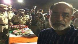 शहीद जवानाच्या पार्थिवासमोर Selfie, मोदींच्या मंत्र्यावर लोकांचा संताप