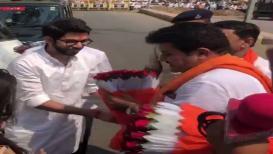 शिवसेनेचे राज्यमंत्री चक्क आदित्य ठाकरेंच्या पाया पडले, VIDEO व्हायरल