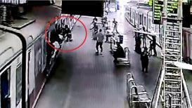 धावती ट्रेन पकडतांना युवकाचा पाय घसरला; काळजाचा ठोका चुकविणारा VIDEO