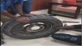 गाडीच्या चाकात सापडली अडीच कोटींची रक्कम, VIDEO व्हायरल