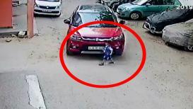 VIDEO : 3 वर्षांच्या मुलाला शाळेतून घरी सोडलं, कार पुढे जाताच चाकाखाली सापडला