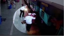 काळजाचा ठोका चुकणारा VIDEO; ट्रेन पकडण्याच्या नादात तोल गेला अन्...