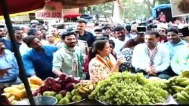 VIDEO: उर्मिला मातोंडकर यांनी रस्त्यावर घेतला फळांचा रस; व्हिडिओ व्हायरल