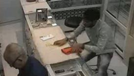 भिवंडीतज्वेलर्स दुकानातून सोन्याचे दागिने पळवणारा चोरटा सीसीटीव्हीमध्ये कैद