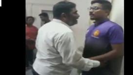 VIDEO: वांद्रे स्थानकात राडा, टीसीकडून प्रवाशाला शिवीगाळ आणि मारहाण