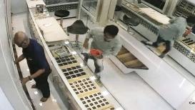 मालकाने पाठ फिरवताच तो 5 लाखांचं सोनं घेऊन पळाला, पाहा हा VIDEO