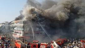 VIDEO : आत आगीच्या ज्वाळा आणि धूर, जीव वाचवण्यासाठी होता एकच पर्याय पण...
