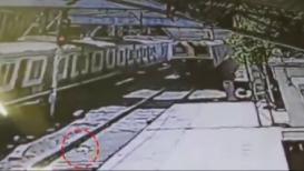 VIDEO : महिलेनं बाळासह लोकलखाली मारली उडी; आश्चर्यकारकरित्या बचावलं बाळ