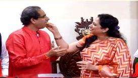 VIDEO : रश्मी ठाकरेंनी भरवला उद्धवना विजयाचा पेढा