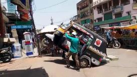 VIDEO: ...अन् रिक्षाचं पुढचं चाक उचललं, चालकाची तारांबळ