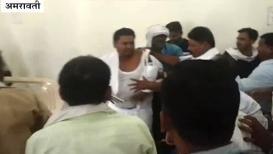 VIDEO :  कार्यकर्ते भडकले, भरसभेत नेत्यांना कपडे फाटेपर्यंत धुतले