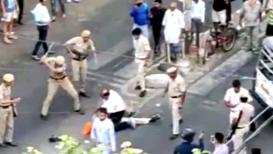 SPECIAL REPORT : दिल्ली पोलिसांची भररस्त्यावर थर्ड डिग्री, लाठ्या-काठ्याने अमानु