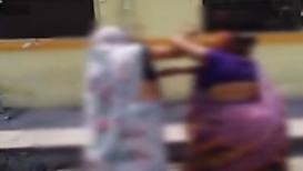 VIDEO: प्यार के दुश्मन ! मुला-मुलीच्या आईमध्ये प्रेमप्रकरणावरून तुफान राडा