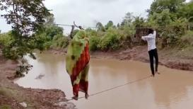 VIDEO: जीवघेणी कसरत! दोरीवरून पार करावी लागते नदी
