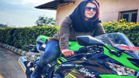 ही मुलगी हिजाब घालून चालवते सुपरबाईक, ठरली नवी Insta सेन्सेशन