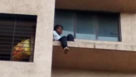 शरीरावर गंभीर जखमा करून आत्महत्येसाठी तरुणी चढली उंच इमारतीवर, मग....