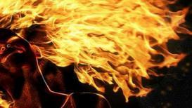 धक्कादायक ! पाण्यासाठी कुटुंबीयांनी सूनेला जिवंत जाळलं, 6 जण फरार