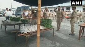 शहीद पोलिसांचे मृतदेह घेऊन जावे लागले भाज्यांच्या टेम्पोमधून
