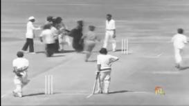 44 वर्षांपूर्वी तिनं मैदानात भारतीय फलंदाजाला केलं होतं किस, #SareeTwitter VIDEO